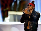 "August Alsina Calls Out AMAs For Mic Issues During ""Do You Mind"" Performance"