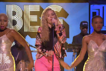 "Iggy Azalea Performs ""Beg For It"" On Jimmy Fallon"